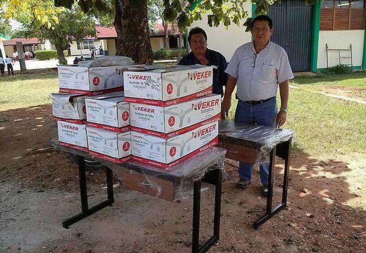 Escuelas reciben el material en el que se invirtió más de un millón de pesos. (Redacción/SIPSE)