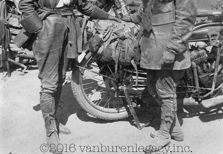 Esta foto de 1916 provista por Dan Ruderman muestra a su abuela Adeline Van Buren, derecha, y su tía abuela Augusta Van Buren, en Los Ángeles durante su viaje en motocicleta a través de EU. (Agencias)