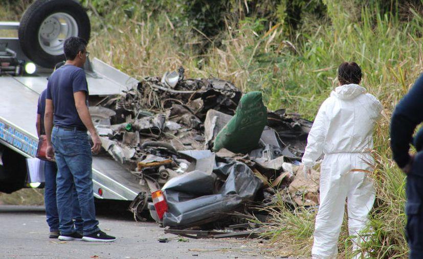 El vehículo familiar fue aplastado por el peso de la pipa de 20 toneladas. (Foto: Redacción/SIPSE)