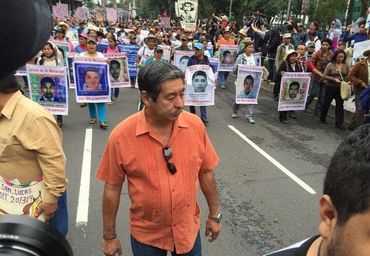 Imagen de Rubén Nuñez, líder de la sección 22 de la CNTE, durante la marcha que realizaron los familiares de los 43 normalistas en la Ciudad de México. (Miguel Arzate)