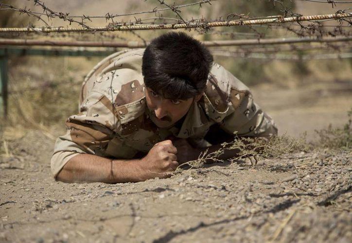 Un nuevo recluta del Partido Democrático del Curdistán Iraní entrenando en su base en Koya, en el norte de Irak. (AP/Maya Alleruzzo)