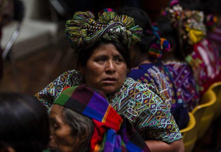 Varias mujeres indígenas asisten al juicio que se sigue contra el exgeneral golpista José Efraín Ríos Montt y su antiguo jefe de Inteligencia Militar, José Rodríguez. (EFE)