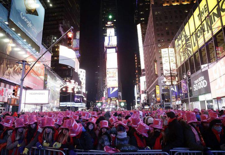 Una multitud asiste a las celebraciones de Año Nuevo en Times Square en Nueva York. (EFE)