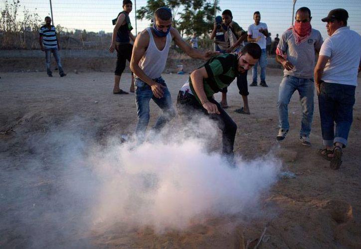 Un palestino con chaleco de 'prensa' atacó a un soldado israelí, por lo fue abatido por otros militares, en la ciudad de Hebrón. La imagen no corresponde al hecho, sino a choques de palestinos con efectivos del Ejército israelí. (AP)