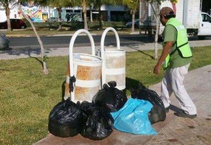 Los vecinos de la zona son quienes depositaron los residuos sobre la avenida. (Redacción/SIPSE)
