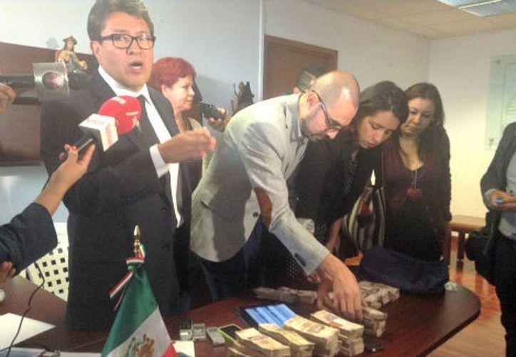 El jefe delegacional en Cuauhtémoc, Ricardo Monreal, mostró el dinero que recibió en un paquete a través de su secretaria particular. (Elia Castillo/Milenio)