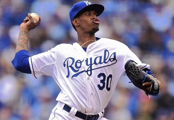 El abridor de Reales, Yordano Ventura, lanza una bola este lunes 6 de abril de 2015, en el juego de apertura de temporada de la MLB entre Medias Blancas y Reales, en Kansas City. (EFE)