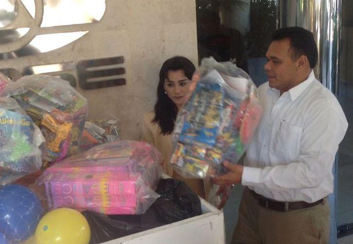 Zapata Bello depositó juguetes como muñecas, pelotas y camioncitos. (David Pompeyo/SIPSE)