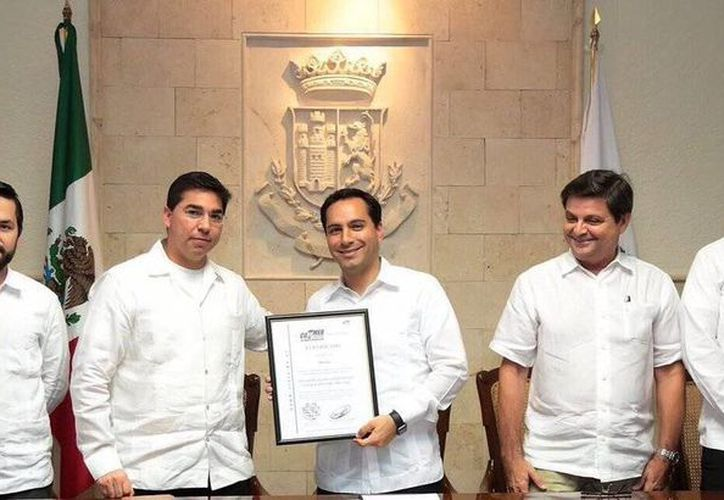 El Alcalde Mauricio Vila recibió la certificación por parte de la de la Comisión Federal de Mejora Regulatoria en materia de mejora regulatoria. (@AyuntaMerida)