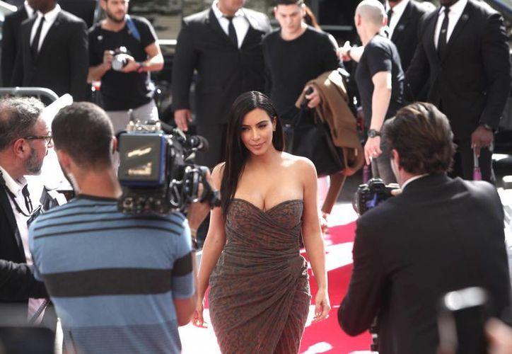 Aunque no baila ni canta ni es conductora de televisión, Kim Kardashian es tan influyente como el presidente de Cuba, Raúl Castro, o el Papa Francisco, según una lista anual de la Revista Time. En la foto, Kim, a su llegada a París para presentar una colección de productos para el cabello. (Foto: AP)