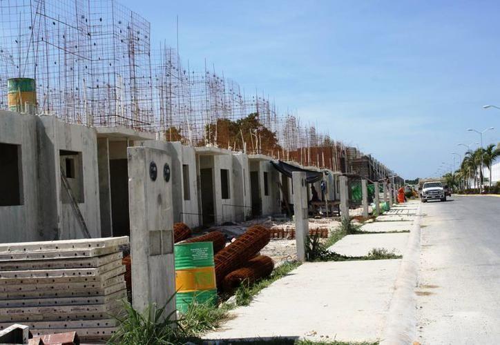 Las personas pagan en efectivo en promedio 30 mil pesos por casas completas que se edifican bajo la modalidad de autoconstrucción. (SIPSE)