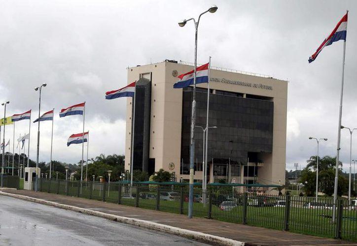 Clubes uruguayos acusan de extorsión al director de la Conmebol, En esta foto se aprecia la fachada del edificio de la Conmebol en la localidad de Luque, a 15 kilómetros de Asunción, Paraguay. (EFE/Archivo)