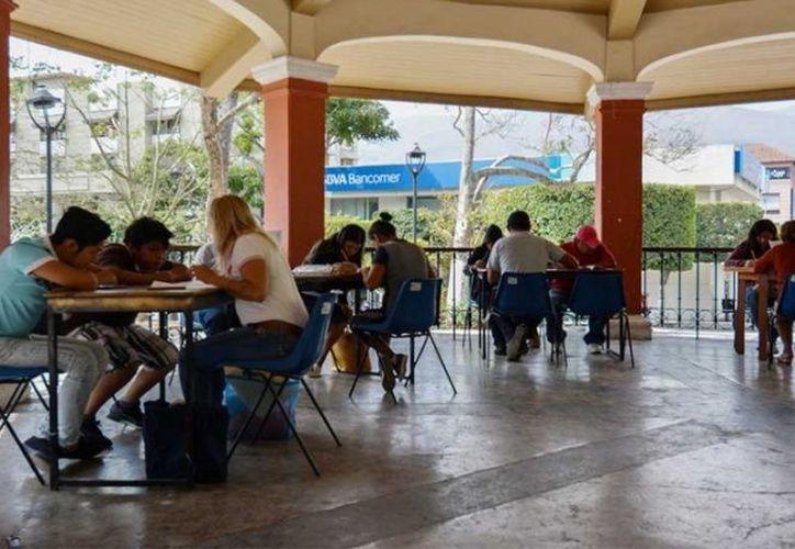 El INEA agiliza la entrega de certificados a los adultos que concluyeron su preparación académica. (excelsior.com)