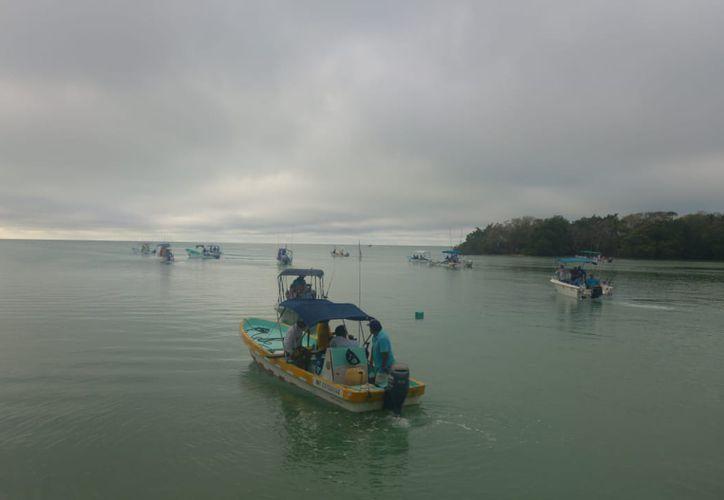 Las embarcaciones zarparon a las siete de la mañana con cielo relativamente nublado. (Miguel Maldonado/SIPSE)