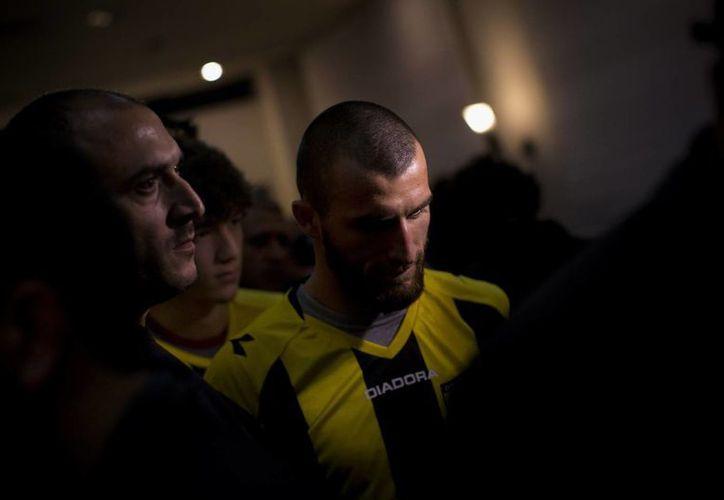 La contratación del futbolista Gabriel Kadiev, al fondo, ha molestado a fanáticos racistas israelíes. (Agencias)