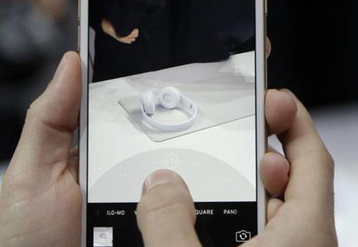 Apple presentó los nuevos teléfonos en un acto en San Francisco a principios de mes. (AP/Marcio Jose Sanchez))