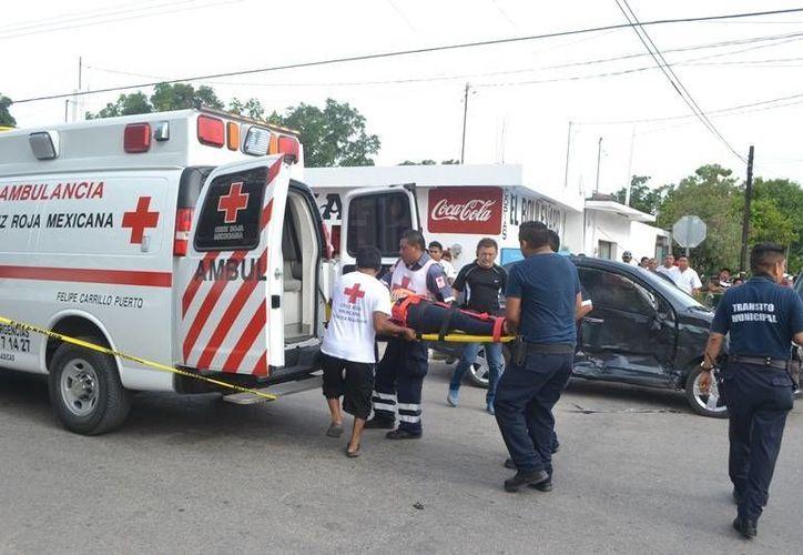 Tres personas lesionadas y tres vehículos dañados fue el saldo de una carambola. (Redacción/SIPSE)