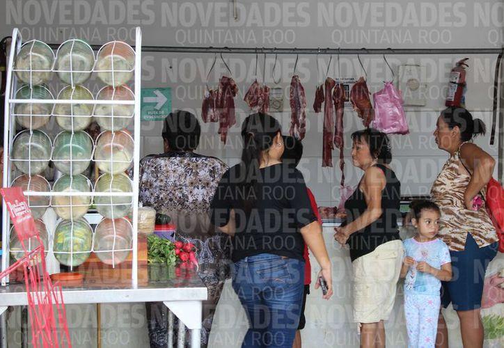 De los 50 cerdos que ingresan diario a la ciudad, el 15 % (siete), provienen de Corozal, Belice. (Joel Zamora/SIPSE)