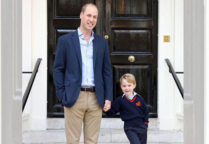 El pequeño acudió acompañado por su padre el príncipe William. (Contexto)