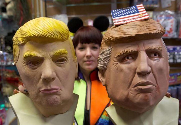 Las máscaras de Donald Trump son un gran éxito para el carnaval de este fin de semana en Brasil. Las 'caras de plástico' se venden en alrededor de dos dólares. (Foto AP / Peter Dejong)