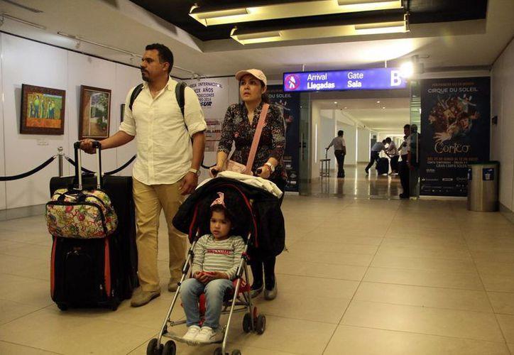 Durante las vacaciones de verano se registra una elevada llegada de turistas al aeropuerto de Mérida. (Jorge Acosta/SIPSE)
