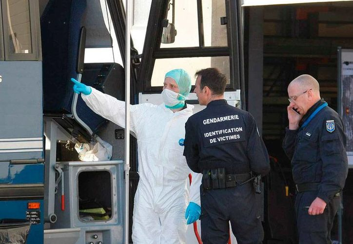 Un avión de la empresa Germawings fue desviado al aeropuerto de Sttugart. La imagen el del personal que rescata los restos del avión de Germanwings, en los Alpes, utilizada como contexto. (excelsior.com.mx)
