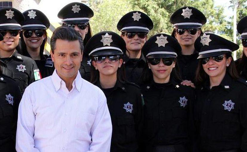 Las mujeres de la policía hidrocálida se hicieron 'famosas' gracias a esta fotografía con el Presidente de la República. (Archivo/Presidencia)