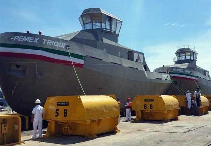 """Los remolcadores """"Pemex Triqui"""", """"Pemex Maya"""" y """"Pemex Mixe"""" fueron puestos a flote en Salina Cruz Oaxaca, como parte del programa de renovación de la flota menor de Petróleos Mexicanos. (Foto: Excélsior)"""