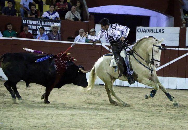Cuauhtémoc Ayala recibió la alternativa de manos de Rodrigo Santos, en la Plaza de Toros Mérida. (José Acosta/SIPSE)