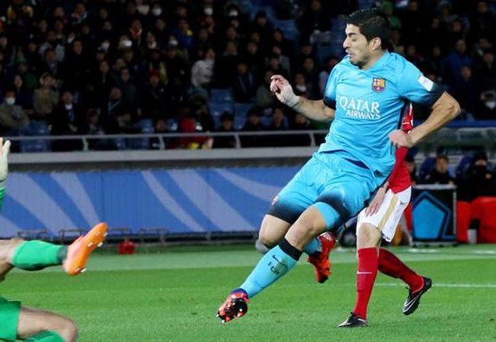 Luis Suárez se convirtió este jueves en el primer jugador en marcar tres goles en un partido del Mundial de Clubes. El FC Barcelona enfrentará en la final al River Plate. (AP)