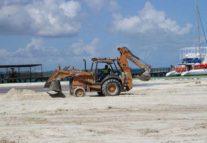 Trabajadores realizaron limpieza y aplanaron la arena. (Tomás Álvarez/SIPSE)