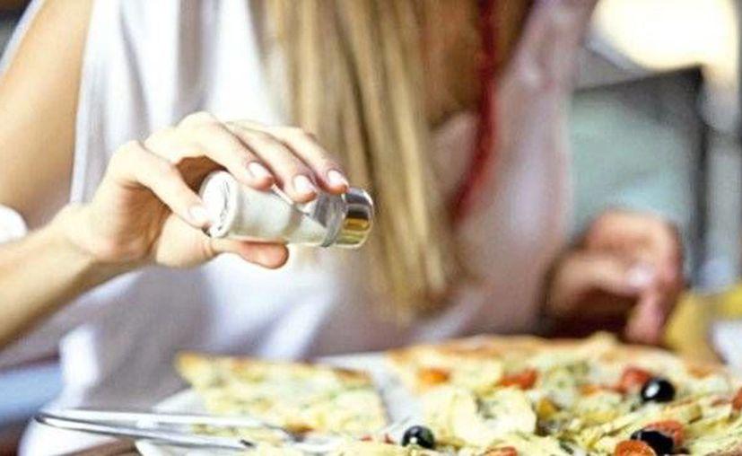 Un experto afirma que bajar el consumo de sal reduce 25% el riesgo de sufrir hipertensión y ataques cardiacos. (Foto de contexto/Internet)