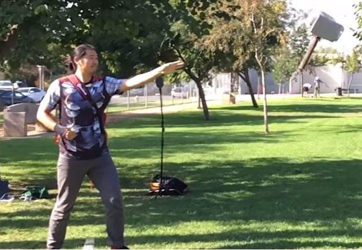 Allen Pan inventó una réplica de Mjolnir, el martillo de Thor, que vuela y vuelve solo. (Foto: Captura)