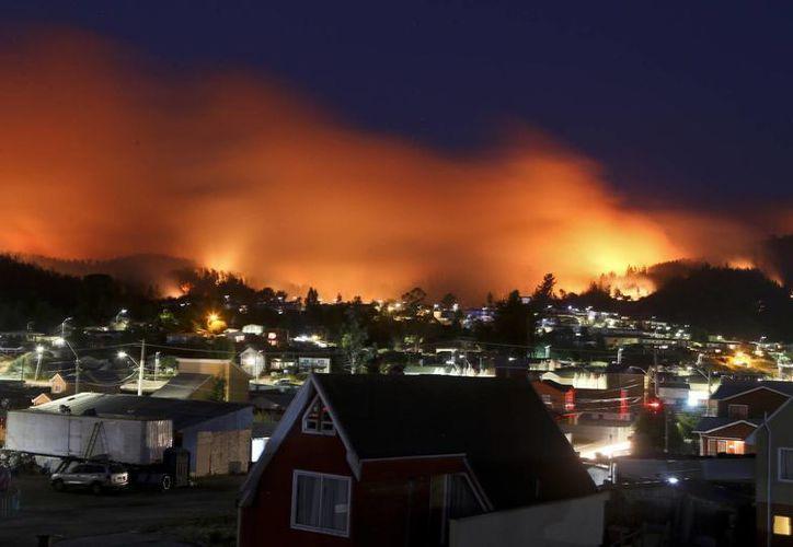 Imagen de uno de los incendios que se registran en Chile. (AP/Esteban Felix)