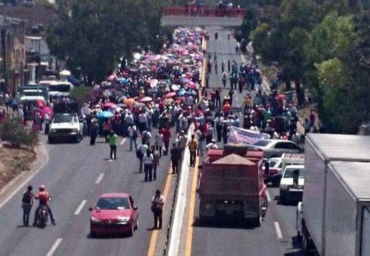El bloqueo se registró a la altura del kilómetro 300 de la Autopista del Sol, casi en la parte central de Chilpancingo. (Milenio)