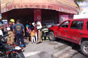 Chocan un puesto de cochinita en Cancún