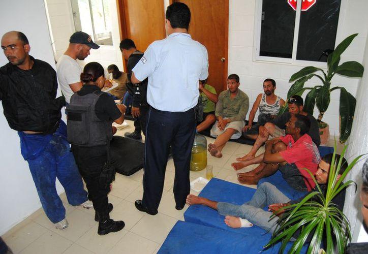 Los balseros fueron atendidos por paramédicos de la Cruz Roja en las oficinas de la policía. (Eric Galindo/SIPSE)