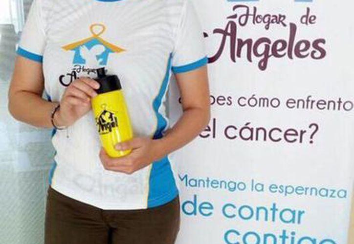 Imagen de una colaboradora del Hogar de Ángeles donde modela el kit que, este domingo 12 de febrero, se usará en la Rodada por Nuestros Ángeles y que ya se encuentra a la venta.  (Facebook Hogar de Ángeles IAP)