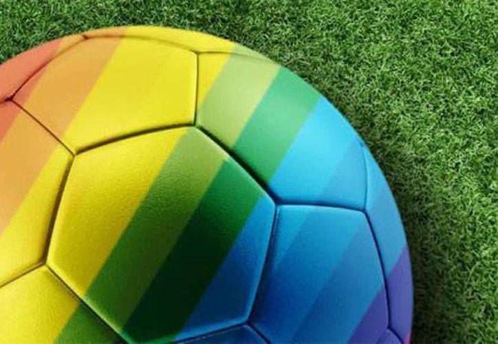 La campaña contra la homofobia en el futbol inglés se hará con agujetas de colores como símbolo del respeto a la diversidad. (Ansa Latina)