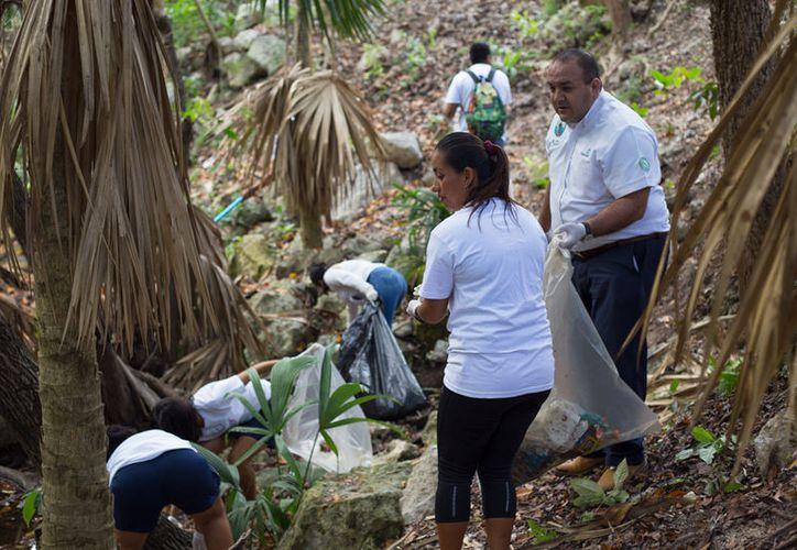 En la limpieza de cenotes participaron los representantes de la Cámara Nacional de la Industria de Restaurantes y Amientos Condimentados. (Redacción/SIPSE)