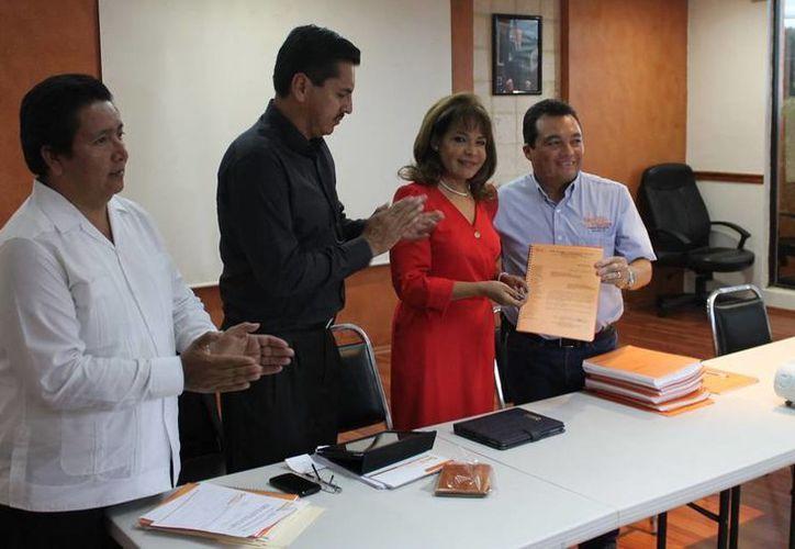 Dirigentes de comités ejecutivos de las secciones 57 y 33 entregan la documentación a la presidenta de la comisión Isabel Saldívar. (SIPSE)
