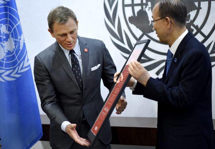 Daniel Craig (James Bond), junto al secretario general de Naciones Unidas, Ban Ki-moon. El actor representará al organismo en su lucha para eliminar minas. (EFE)