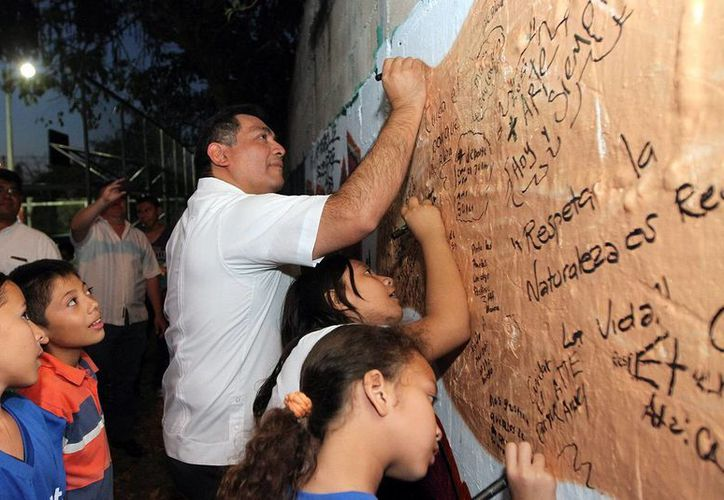 El secretario de Gobierno, Víctor Caballero Durán, con menores. (Milenio Novedades)