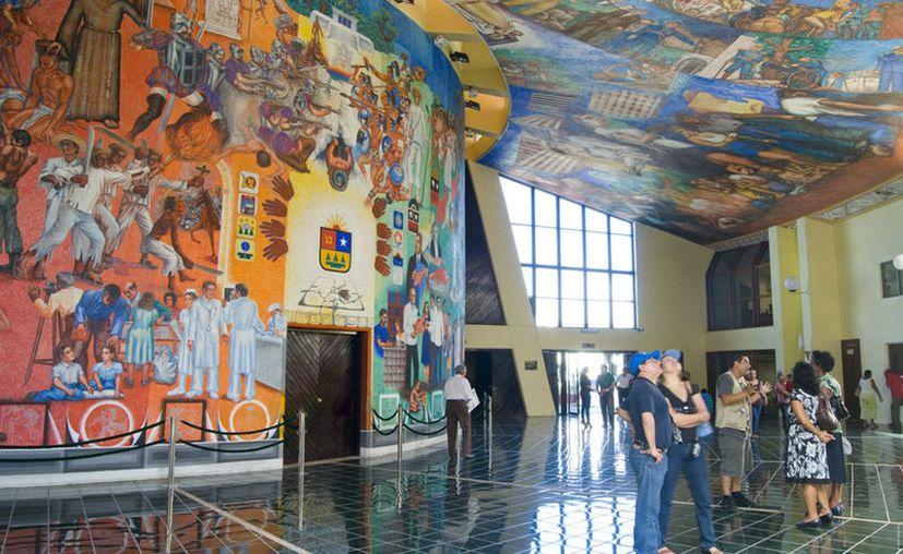 Elio Carmichael fue quien realizó el mural en el Congreso del Estado. (Faride Cetina/SIPSE)