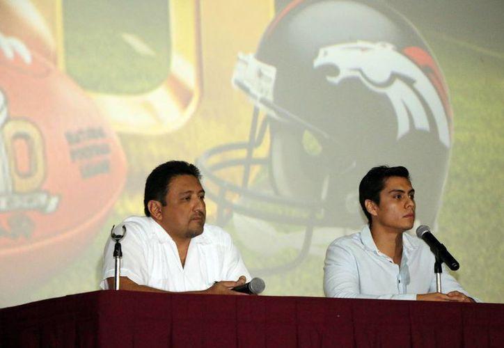 En conferencia de prensa, el gerente de los cines Siglo XXI, Alvaro Chan Navarrete, y Pablo Rosete  Narváez, coordinador de eventos, señalaron que la transmisión del Súper Bowl 50 en la sala 3 tendrá un aforo de 200 personas el próximo domingo. (José Acosta/SIPSE)