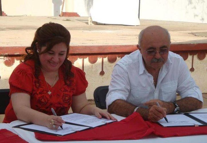 La fiscal Celia Rivas Rodríguez y el profesor Everth Dzib Rodríguez durante la firma del convenio. (SIPSE)