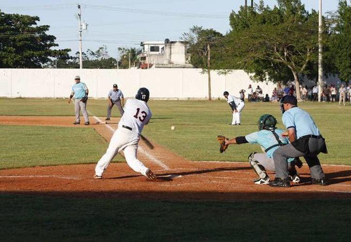 El pasado domingo, el emocionante partido de la final de la Naxón Zapata entre Naranjeros y Tiburones se extendió a 12 actos y se tuvo que suspender por falta de luz con un 7-7 en el marcador. (Archivo SIPSE)