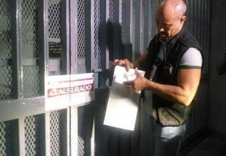 Al término del partido, personal del Ayuntamiento de Guadalajara colocó sellos de clausura en el inmueble (Milenio)