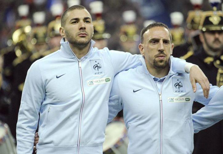 Imagen de archivo de Karim Benzema (i) y Franck Ribery, que a través de un repechaje calificaron a Francia al Mundial que se realizará en junio en Brasil. (EFE/Archivo)