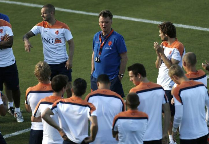 Louis Van Gaal descubrió la formula para equilibrar el cuadro holandés, pues cuenta con una defensiva joven y una delantera dotada de técnica y experiencia. (AP)
